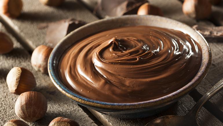 Zdrav domač čokoladno-lešnikov namaz