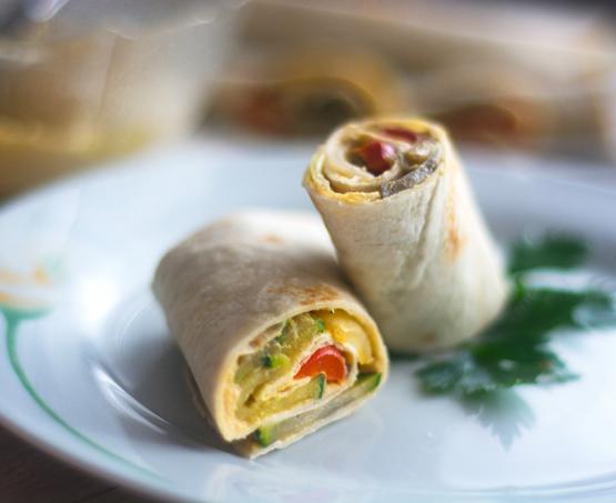 Zvitki s popečeno zelenjavo in humusom