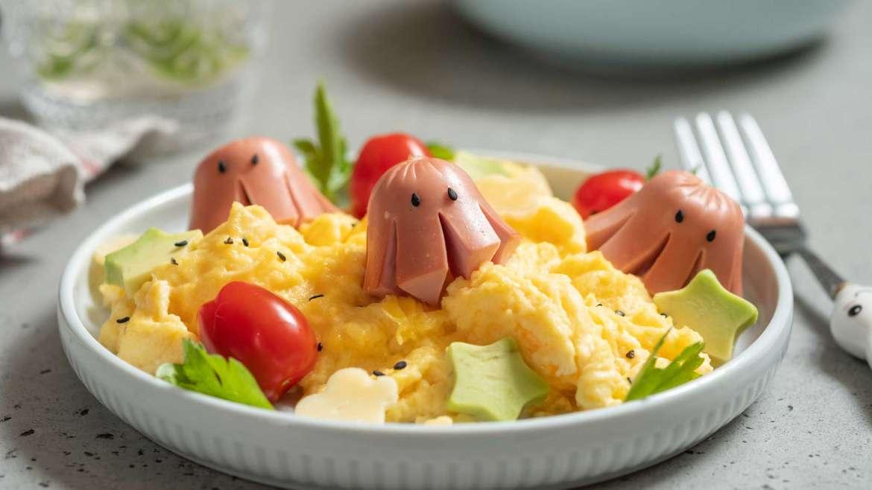 Umešana jajčka in pečene hrenovke hobotnice