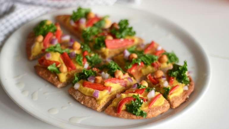 Ploščati kruh s humusom in zelenjavo