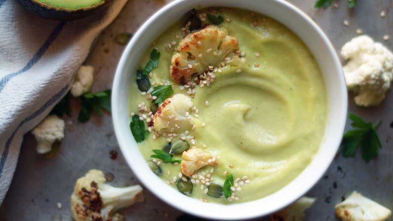 Kremna juha iz pečene cvetače in avokada