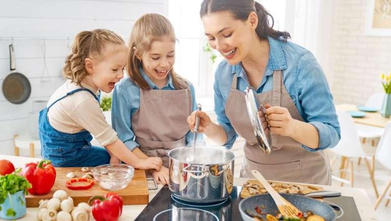 12 razlogov, zakaj je kuhanje za otroke edinstvena šola za življenje