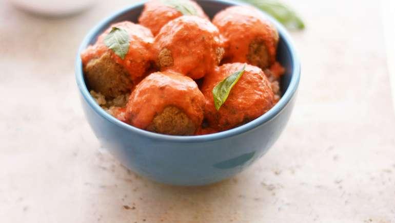 """Veganske """"mesne"""" kroglice v omaki iz pečenih paprik"""
